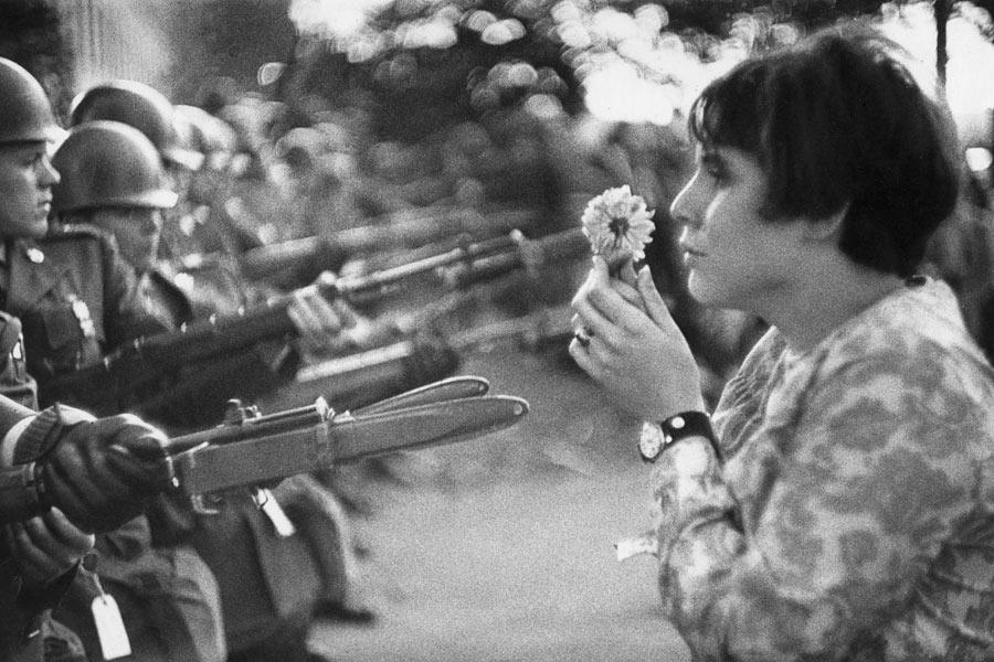 la jeune fille à la fleur face aux soldat du Pentagone marche pour la paix au Vietnam