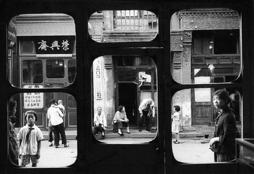 Pékin, 1965. Ces fenêtres s'ouvrent sur Liulichang, la rue des antiquaires. Dans ces boutiques, pendant la révolution culturelle, les Chinois devaient apporter leurs bijoux à l'Etat, sans contrepartie.