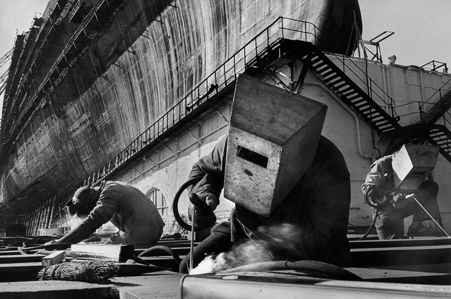France, 1959. Construction du paquebot France à Saint-Nazaire.