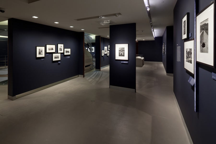 "Vue de l'exposition ""Witness at a Crossroads, photographer Marc Riboud in Asia"", Rubin Museum of Art, New York, 2014 © Rubin Museum of Art"