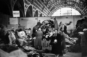 Dans la gare d'Orsay désaffectée, Paris, 1954