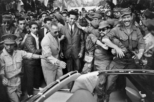 Ahmed Ben Bella, avec à ses côtés Mohamed Khider et le colonel Othmane, à son retour en Algérie. Tlemcen, 1962