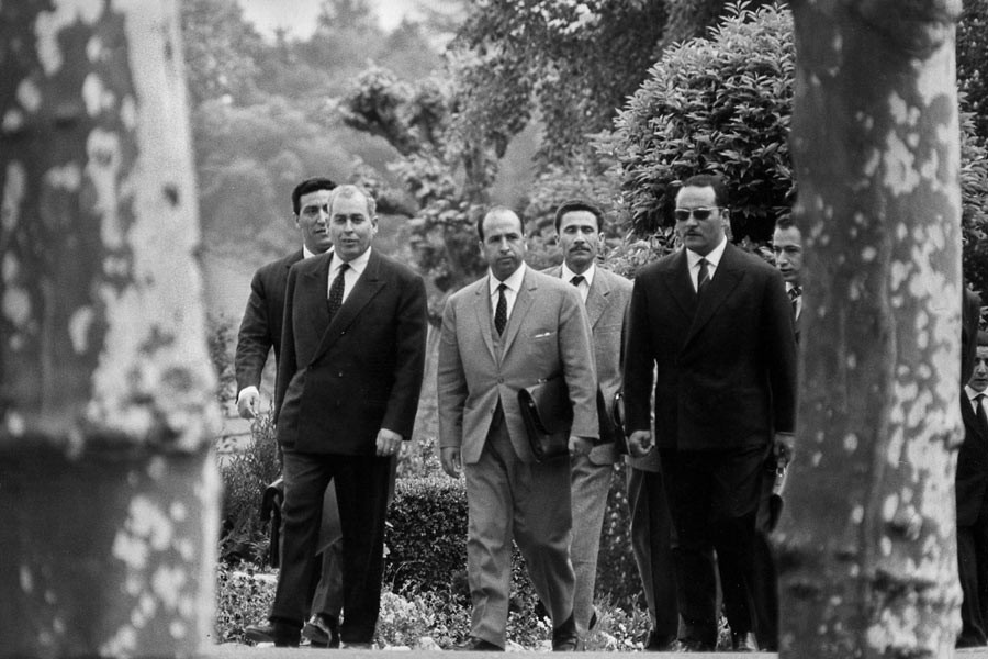 From left to right, first row: Ahmed Francis, Krim Belkacem, Gaid Ahmed; second row: Tayeb Boulahrouf, Ali Mendjeli et Mohamed Benyahia. Evian, March 1961