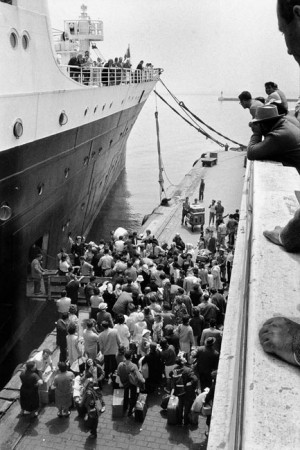 Departure of French people living in Algiers, June 1962