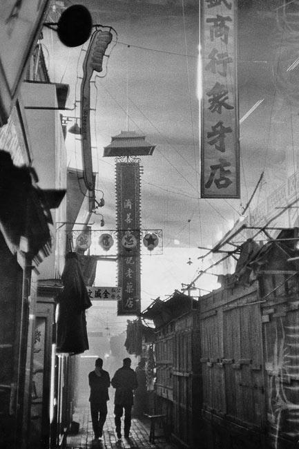 Magasins à l'extérieur du temple des Lamas, Pékin, 1957