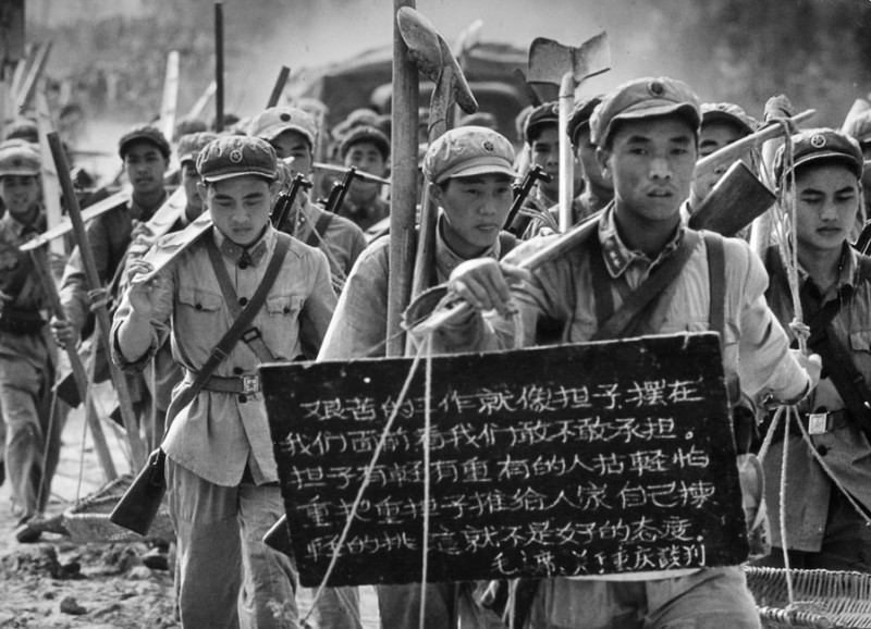 Soldiers participating to a road construction, Nanning province, 1965