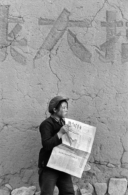 "Worker reading the newspaper of ""Chinese Youth"", Shanxi province, 1965"