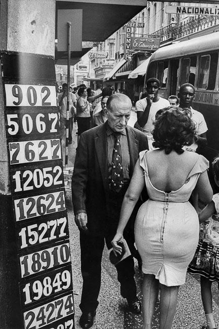 Dans les rues de La Havane, à gauche les résultats de la loterie nationale, 1963