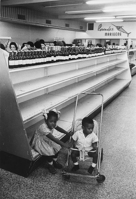 In a supermarket of Vedado neighborhood, Havana. On the upper shelf : bottles of fruit squash. 1963
