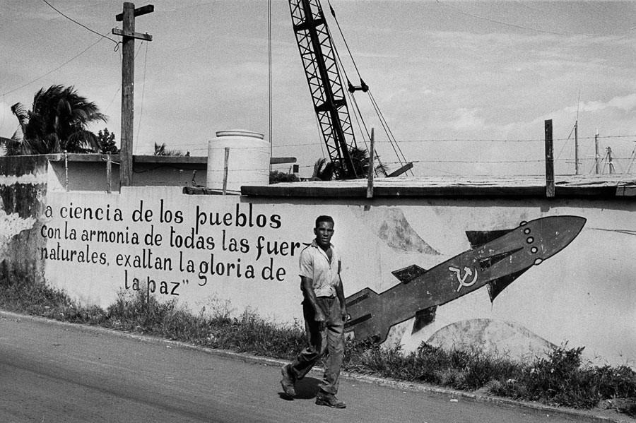 Dans la banlieue de La Havane, on lit sur un mur : « La ciencia de los pueblos con la armonia de todas las fuerzas naturales exaltan la gloria de la paz. » (La connaissance des peuples, associée à l'harmonie de toutes les forces naturelles, exalte la gloire de la paix.) 1963