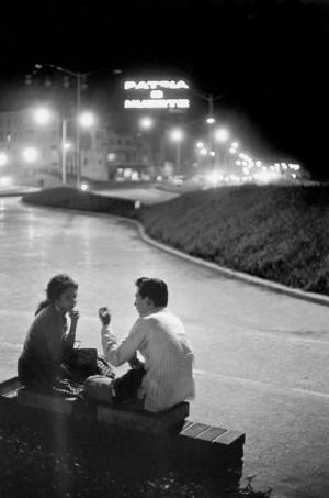 La nuit à La Havane. Sur le néon à l'arrière-plan, les mots : « Patria o muerte » (la patrie ou la mort). 1963