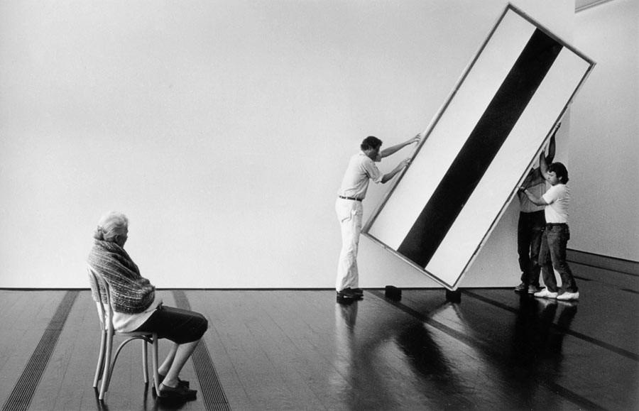 Dominique de Menil devant une œuvre de Barnett Newman, en train d'être accrochée dans le musée The Menil Collection, Houston, 1991