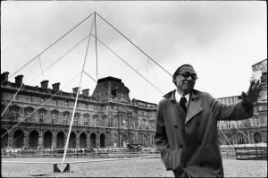 Ieoh Ming Pei sur le site de la construction de la pyramide du Louvre, Paris, années 1980