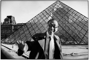 Ieoh Ming Pei devant la pyramide du Louvre, Paris, 1989