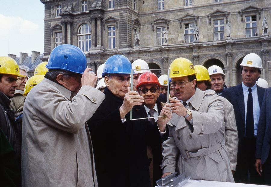 Ieoh Ming Pei aux côtés de François Mitterrand sur le chantier de construction du Grand Louvre, Paris, années 1980