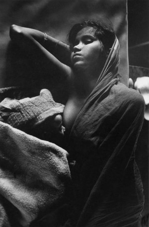 Young mother in a refugee camp in Krishnanagar, north of Calcutta, at the time of the partition between West and East Pakistan, 1971