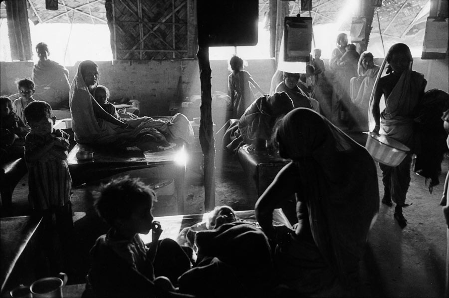 Camp de réfugiés à Krishnanagar, au nord de Calcutta, au moment de la partition entre le Pakistan occidental et oriental, 1971