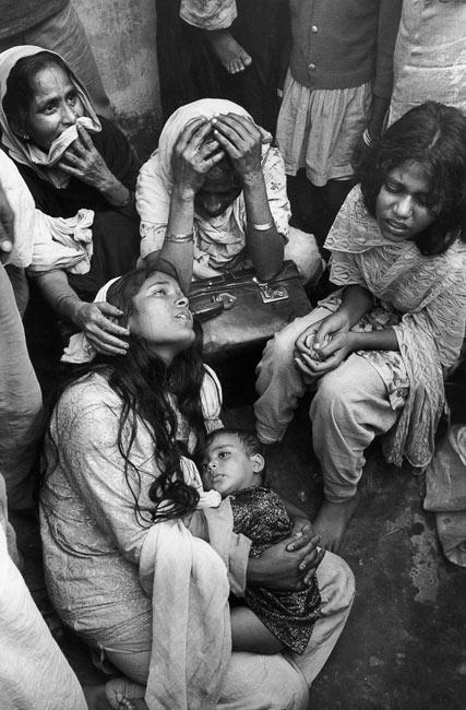 Ces femmes pleurent leurs proches tué pendant les affrontements menés au moment de la partition du Pakistan, 1971