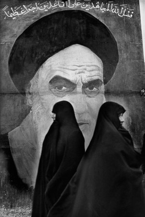 Femmes devant une fresque représentant l'ayatollah Khomeiny, Téhéran, 1979