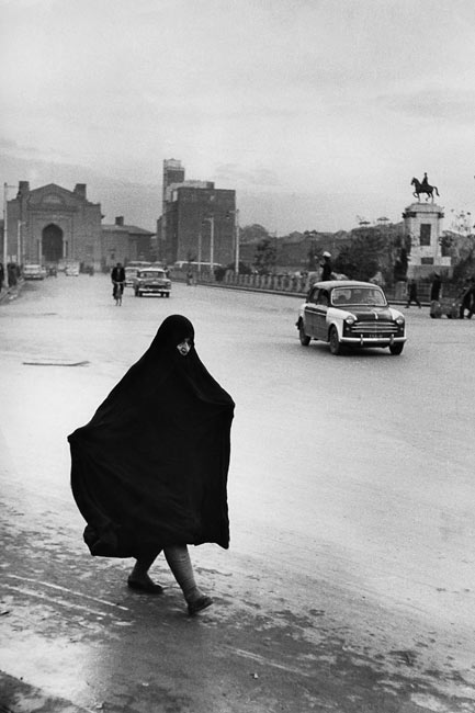 Femme dans l'avenue principale de Téhéran, 1955