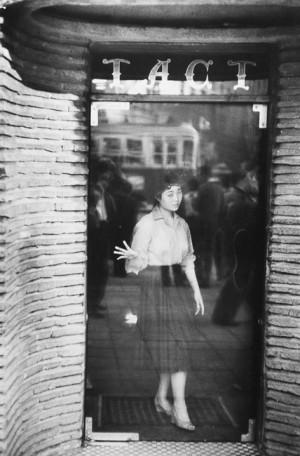 Serveuse à l'entrée d'un café, Tokyo, 1958
