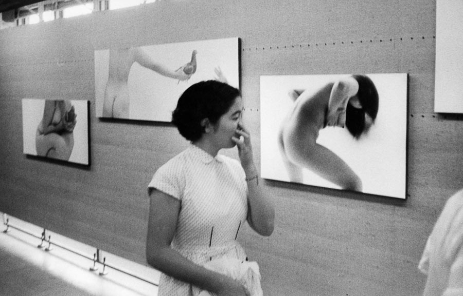 Dans une exposition de photographies, Tokyo, 1958