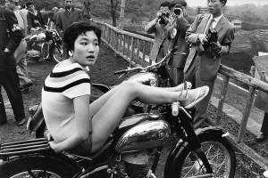 Rallye de photographes organisé par la marque Fuji. Quarante mannequins sont engagées pour la journée. Karuizawa, 1958