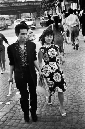Adolescents à la mode : les imprimés de la robe sont inspirés du chrysanthème, emblème du pays, Tokyo, 1958
