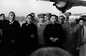De gauche à droite au premier-plan : le Panchen Lama, le Dalaï Lama, Zhou Enlai, Jawaharlal Nehru et Indira Gandhi. Inde, 1956