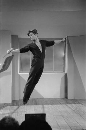 """Jean Babilée sur le tournage du film """"Le poignard"""", 1953"""