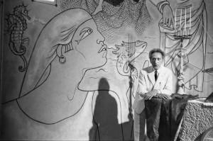 Jean Cocteau dans la chapelle Saint-Pierre, Villefranche-sur-Mer, qu'il a décorée, France, 1957