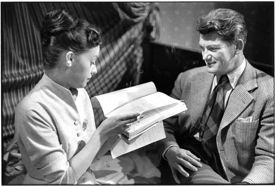 """Jeanne Moreau et Jean Marais répètent une scène du film """"Julietta""""de Marc Allégret, Paris, 1953"""
