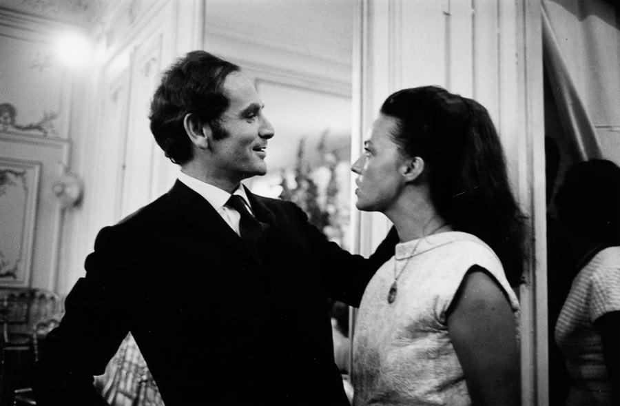 Jeanne Moreau et Pierre Cardin pendant un défilé, Paris, 1964