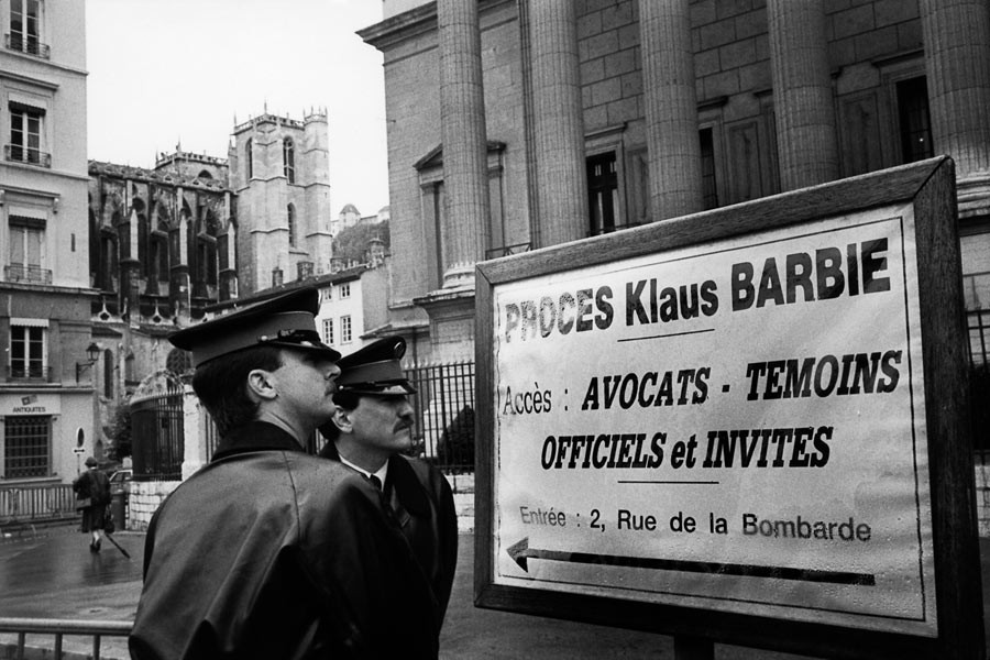Outside the cour d'assises in Lyon, during the trial of Klaus Barbie, 1987