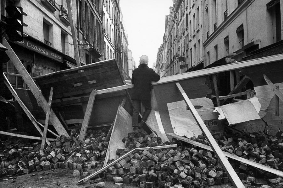 Latin quarter, the day after a fight over a barricade that did not collapsed.