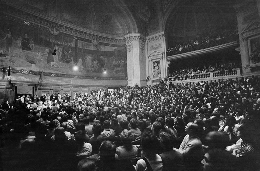 L'amphithéâtre de la Sorbonne fait salle pleine pour Jean-Paul Sartre.