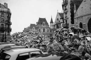 Garbage collectors strike, the trashes pile up in rue Saint-Martin.