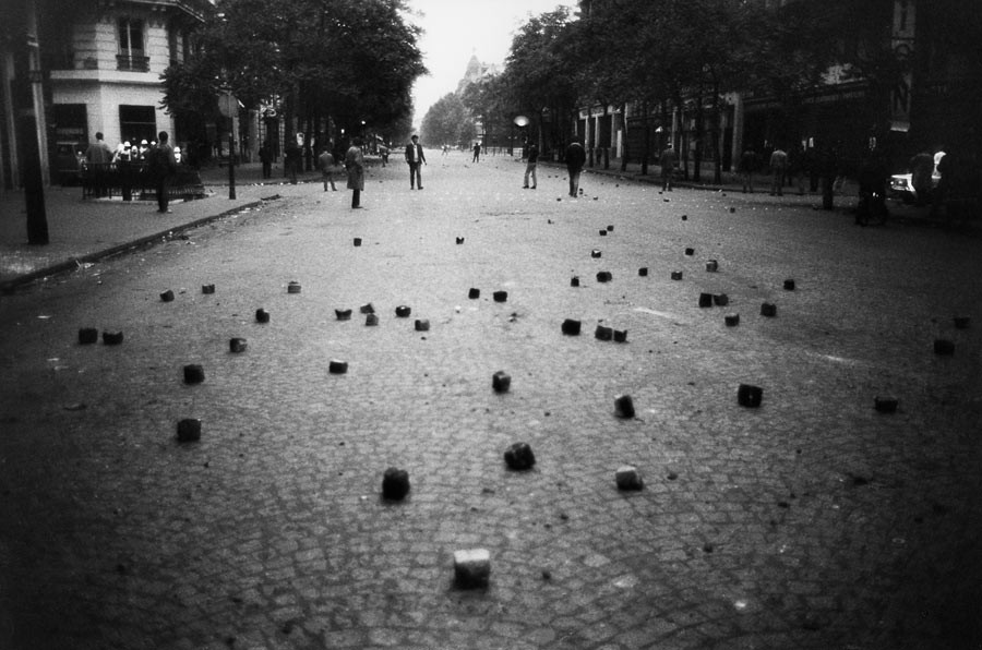 On the desert boulevard, the scattered cobblestones symbolise the end of the riots.