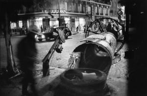 Une colonne Morris renversée par un bulldozer.