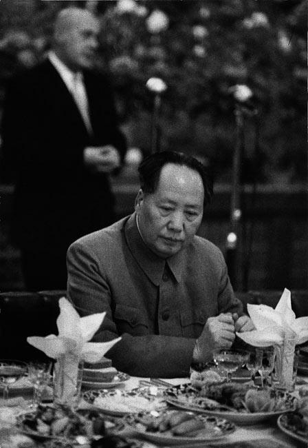 Mao Zedong pendant un banquet de réception du Premier ministre polonais, Pékin, Chine, 1957