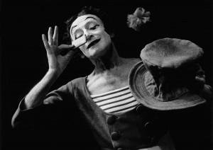 Marcel Marceau prend la pose pour une publicité des biscuits LU, France, 1988