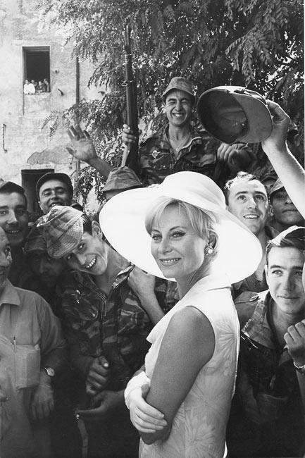 """Michèle Morgan sur le tournage du film """"Les Centurions"""", 1965"""