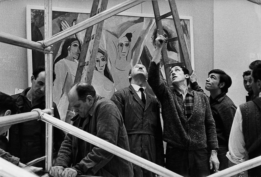 Accrochage de l'exposition Picasso au Grand Palais, Paris, 1966