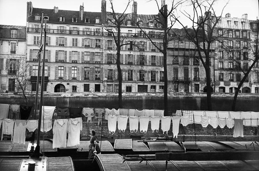 Drying clothes in front of île Saint-Louis, 1953