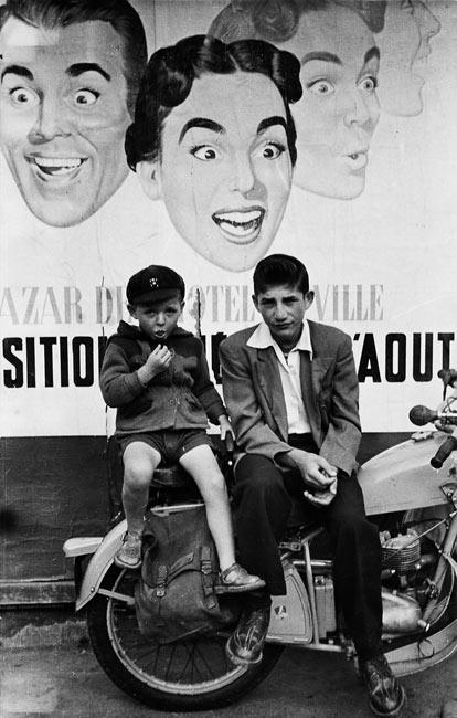 Garçons devant une publicité pour le Bazar de l'Hôtel de Ville, 1952