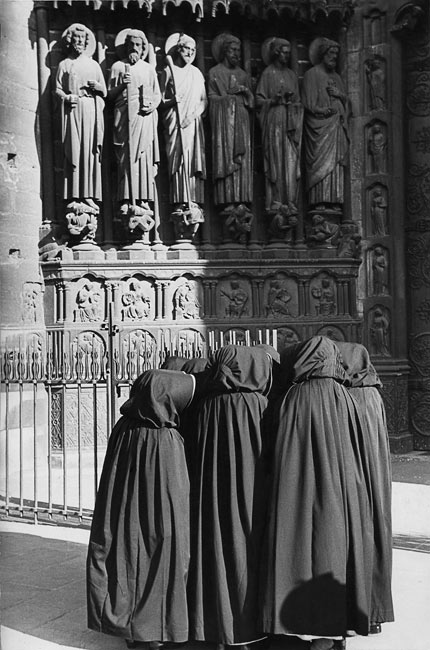 Paris, 1953. Dominican nuns in front of Notre-Dame.