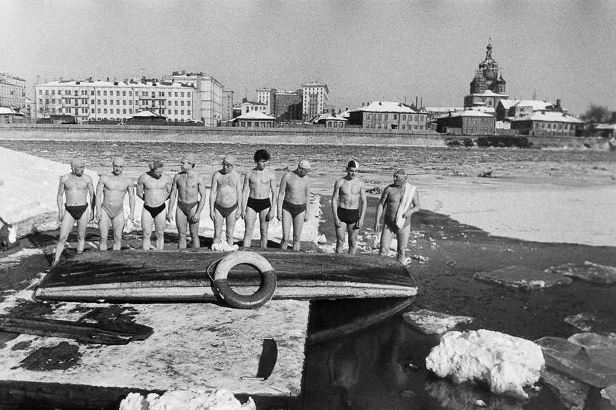 The members of Torpedo Club bathe every Sunday, no matter how cold the water is. This day, the temperature is -4 F° and they had to break the ice with axes and saws. Moscow, 1960