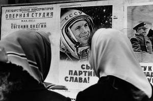 Sur le poster : Youri Gagarine, premier homme à avoir fait un vol dans l'espace en 1961. Moscou, 1961