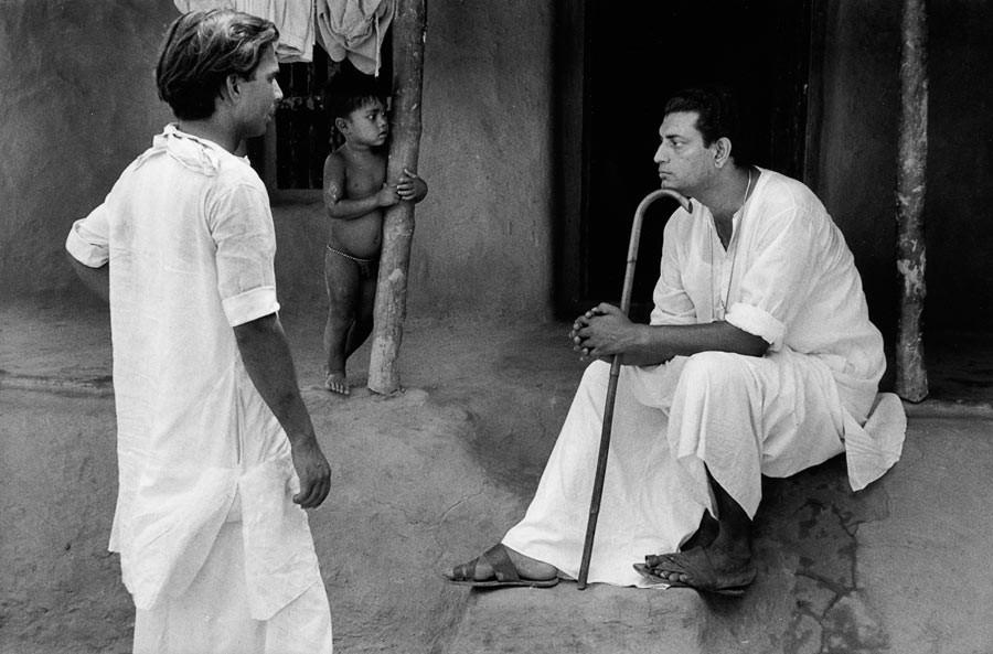 """Satyajit Ray sur le tournage de son deuxième film """"Aparajito"""", Calcutta, 1956"""
