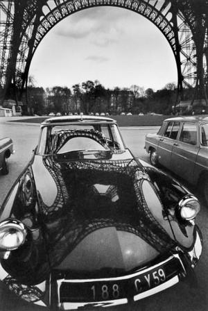 Reflets de la tour Eiffel sur une DS, Paris, 1964